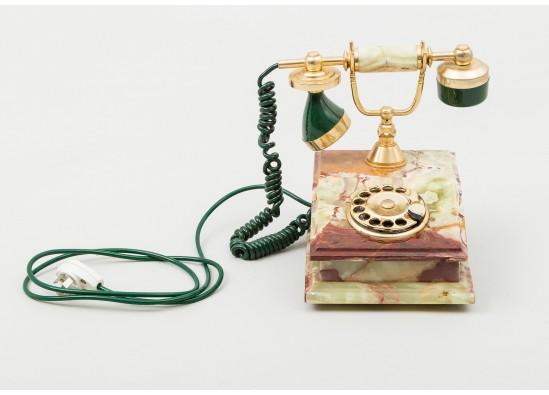Tелефон